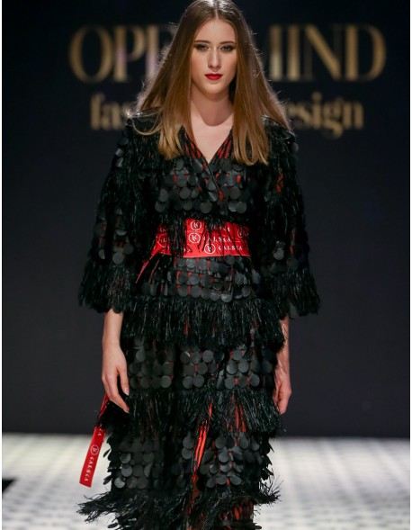 Czarna suknia z frędzlami
