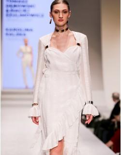 Biala zakładkowa sukienka